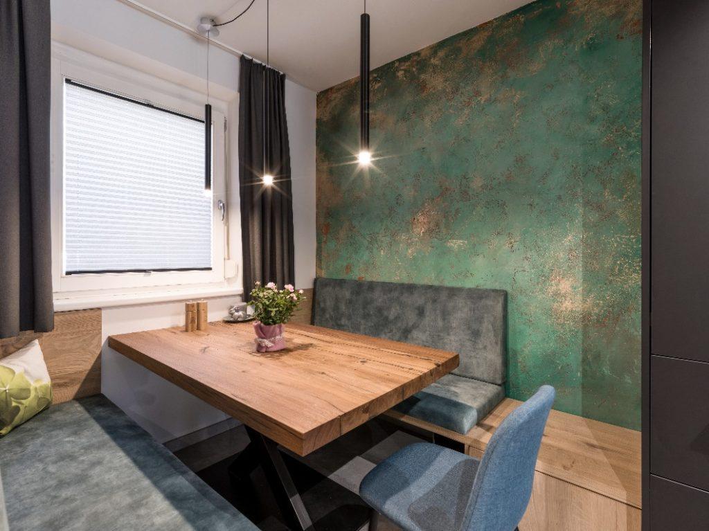 Zuhause bei Christina Steindl: Sitzgruppe aus der eigenen Tischlerei des Studios The Kitchen Club