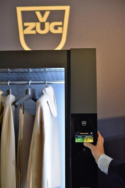 99,99% aller Bakterien und Keime auf Kleidung - dazu zählen auch hartnäckige Gerüche - werden durch den RefreshButler entfernt. Natürlich mit Dampf. (Foto: V-ZUG)