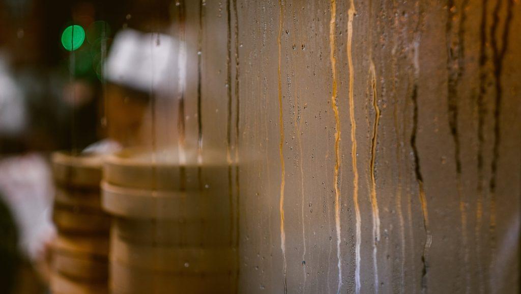 Auch in der Küche wird Wasserdampf schon seit Langem genutzt - so zum Beispiel beim Garen im Bambuskörbchen. (Foto: stock/ Clem Onojeghuo)