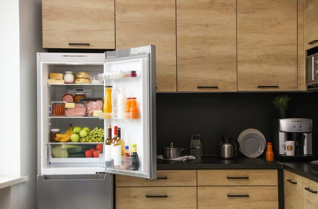 """Der Kühlschrank ist vor allem im Sommer ein """"heißes"""" Thema. Auch während der Pandemie nahm das Interesse an großen Kühlgeräten zu. (Foto: stock/ New Africa)"""