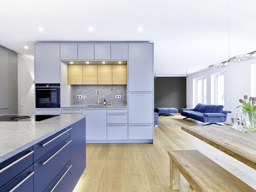 """Die deckenhohe Küchenzeile fungiert gleichzeitig als Raumteiler: Den Grundriss der """"halboffenen"""" Küche entwarf Planerin Friederike Krech gemeinsam mit dem Kundenpaar. (Foto: Dross&Schaffer Ludwig 6)"""