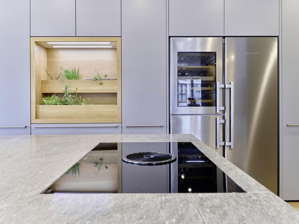 Weinklimaschrank, Kühlschrank und Gefrierfach: das elegante Kombigerät von Liebherr bringt amerikanisches Flair in das moderne City-Appartement. (Foto: Dross&Schaffer Ludwig 6)