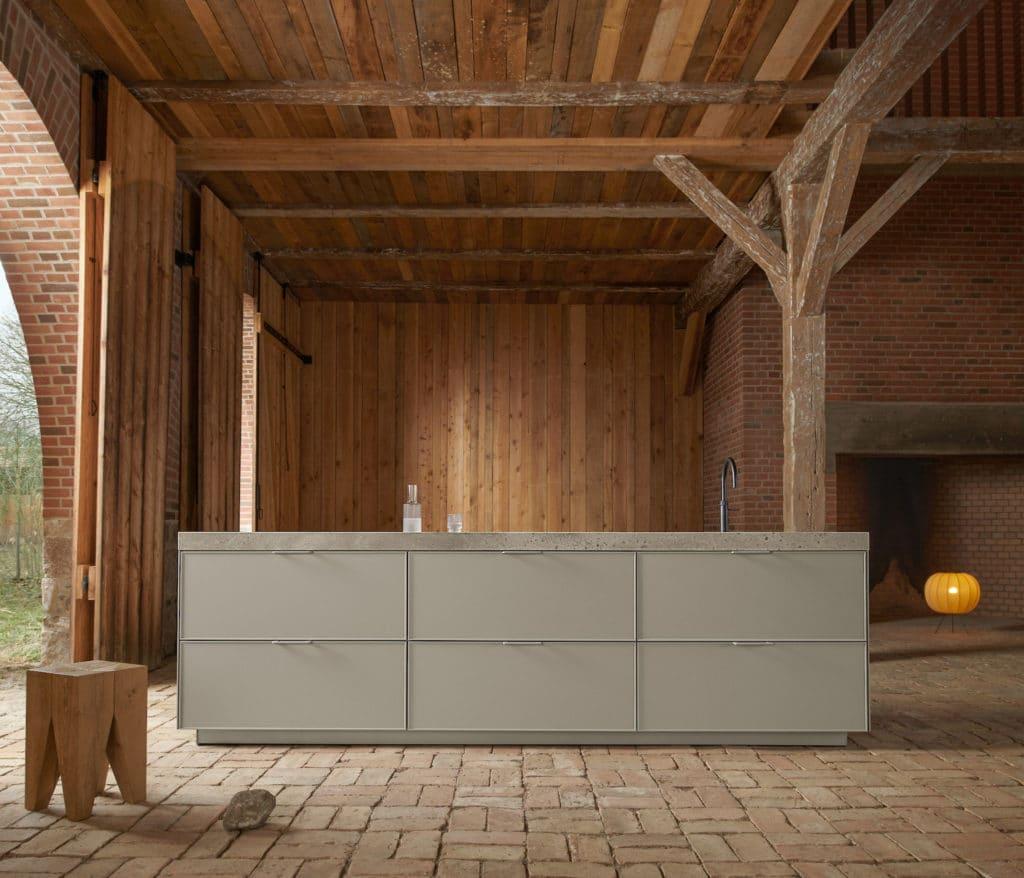 Ein hochfiligranes Modell im Landhausstil, das traditionelle Rahmenfronten in einer modernen Ausführung in Szene setzt. (Foto: SieMatic)