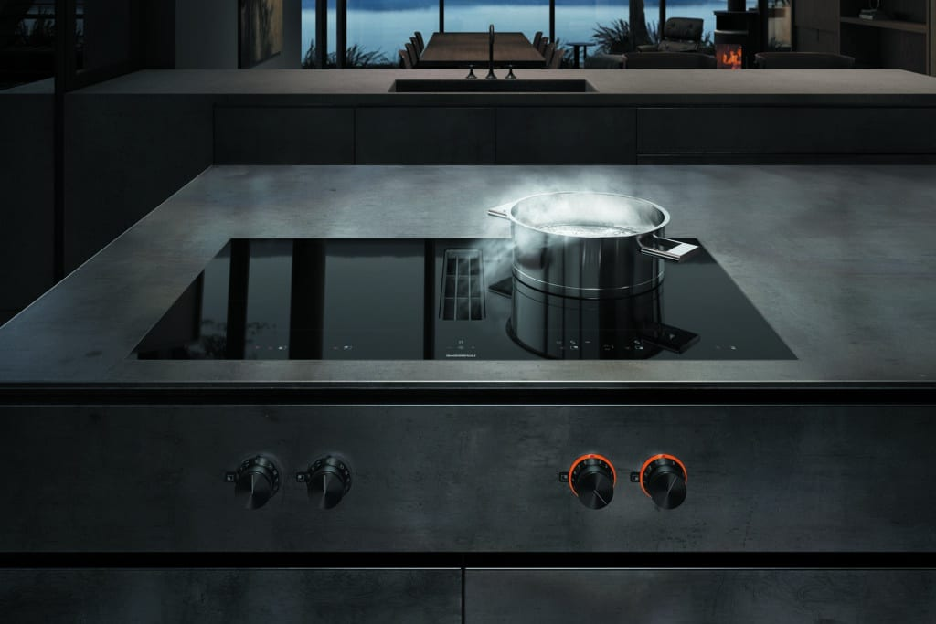 Nahtlose Perfektion auf einem flächenbündigen Kochfeld aus hochwertigem Schwarzglas: das Gaggenau Flexinduktionskochfeld mit integriertem Kochfeld-Dunstabzug. (Foto: Gaggenau)