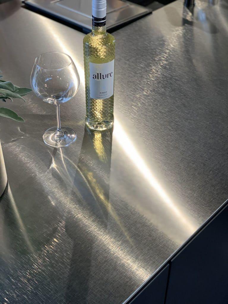 Elegant und besonders: die Kreuzschliff-Patina der neuen Edelstahloberfläche von Franke wist ein fabelhafter Hingucker. (Foto: Küchen&Design Magazin)