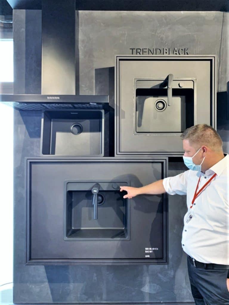 Natürlich ist der Trend schwarzer Oberflächen, ob für Fronten oder Geräte, noch vorhanden. Franke präsentiert alles in Schwarzmatt. (Foto: Küchen&Design Magazin)