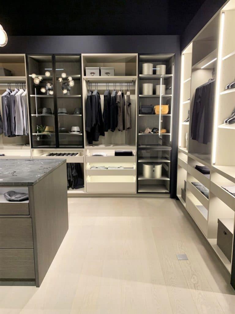 ...ebenso wie im begehbaren Kleiderschrank. (Foto: Küchen&Design Magazin)