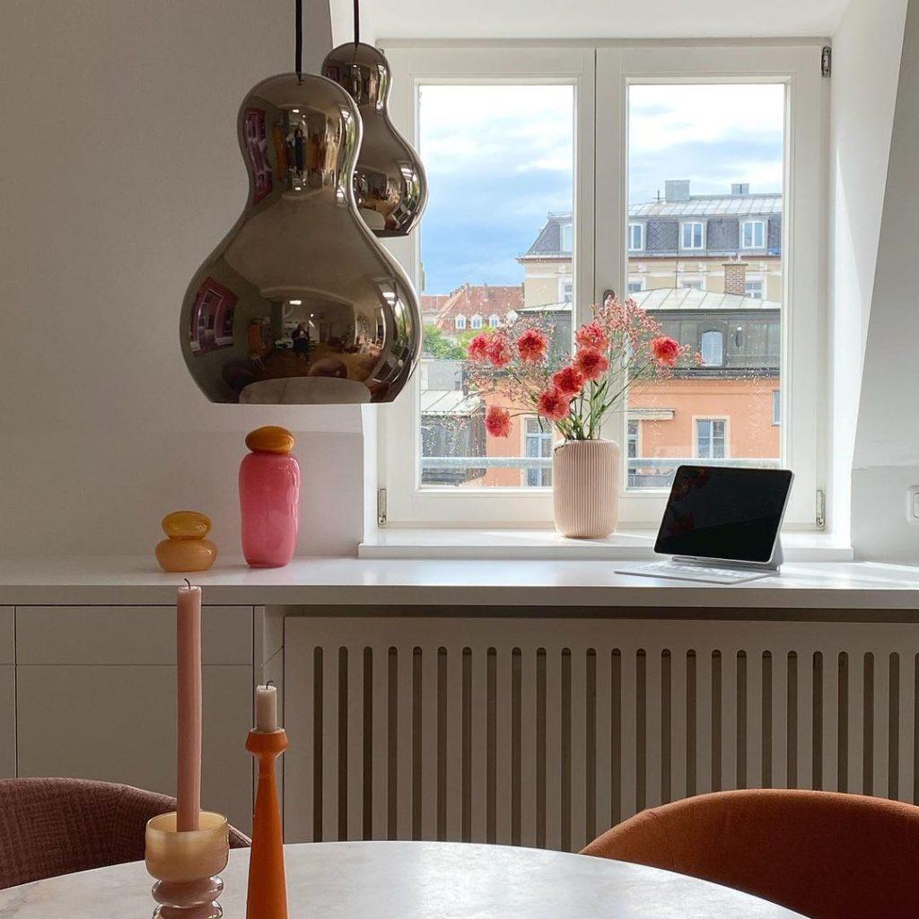 Home Office in der Küche: zum Beispiel an einem Konsolentisch, der gleichzeitig als Abdeckung der Heizung dient. (Foto: Instagram, @fedesfotos)