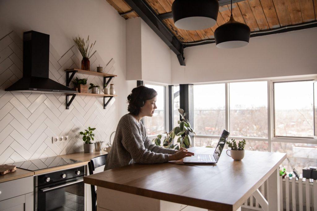 Home Office in der Küche: mitunter anstrengend, wenn es ein dauerhaftes Provisorium bleibt. (Foto: Adobe Stock)