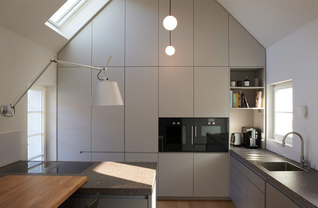 """Mehr """"auf Maß"""" geht nicht: diese Küche wurde den räumlichen Gegebenheiten perfekt angepasst. (Foto: LAR Studio)"""