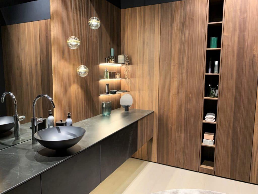 Macht auch als Wand- und Badverkleidung eine gute Figur: das lineare Gestaltungssystem BOSSA von LEICHT. (Foto: Küchen&Design Magazin)