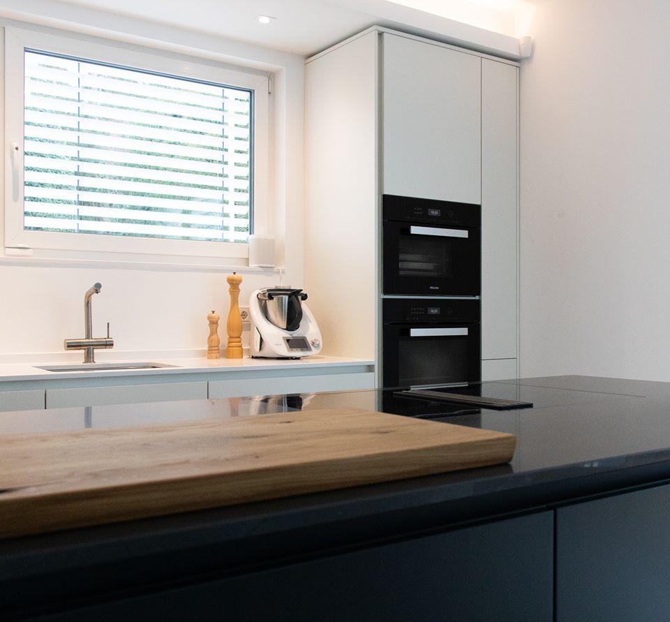Dezent abgeschrägte Griffmulden sorgen für eine grifflose Optik und hohe Funktionalität. (Foto: Küchenhaus Süd)