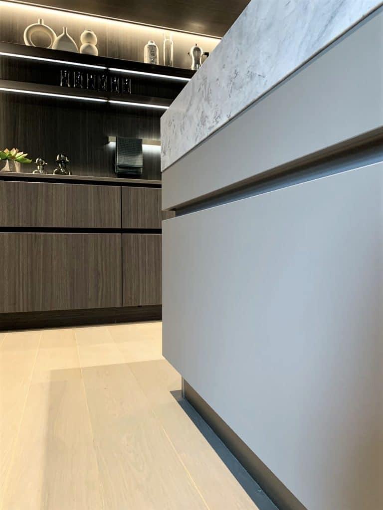Starke Steinarbeitsplatten, elegante Holzfronten, sinnlich illuminierte Küchenräume: die Sehnsucht nach Luxus in der Küche wächst und wächst. (Foto: Küchen&Design Magazin)