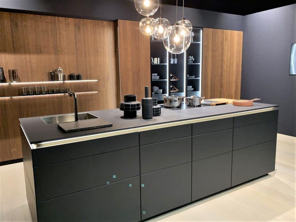 Durchgängige Leuchtstäbe in der Küchenvitrine bei LEICHT... (Foto: Küchen&Design Magazin)