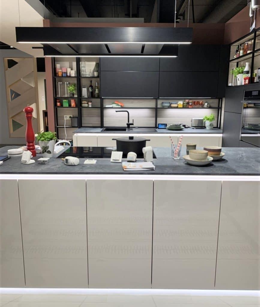 LED-Bänder kommen auch in dieser Schüller-Küche zum Einsatz, z.B. innerhalb der Griffmulde oder als Unterbodenbeleuchtung. (Foto: Küchen&Design Magazin)