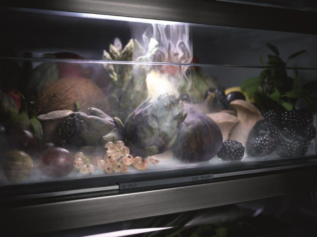 Ein feiner Sprühnebel hüllt Obst und Gemüse alle 90 Minuten ein - und verhindert so das Austrocknen der empfindlichen Lebensmittel. (Foto: Miele)