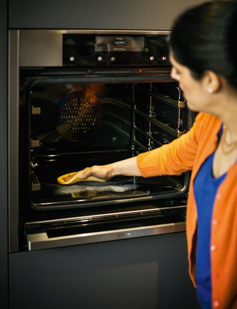 Von angebrannten Essens- und Schmutzresten bleibt nur Asche übrig, die ausgekehrt werden kann. (Foto: Neff)