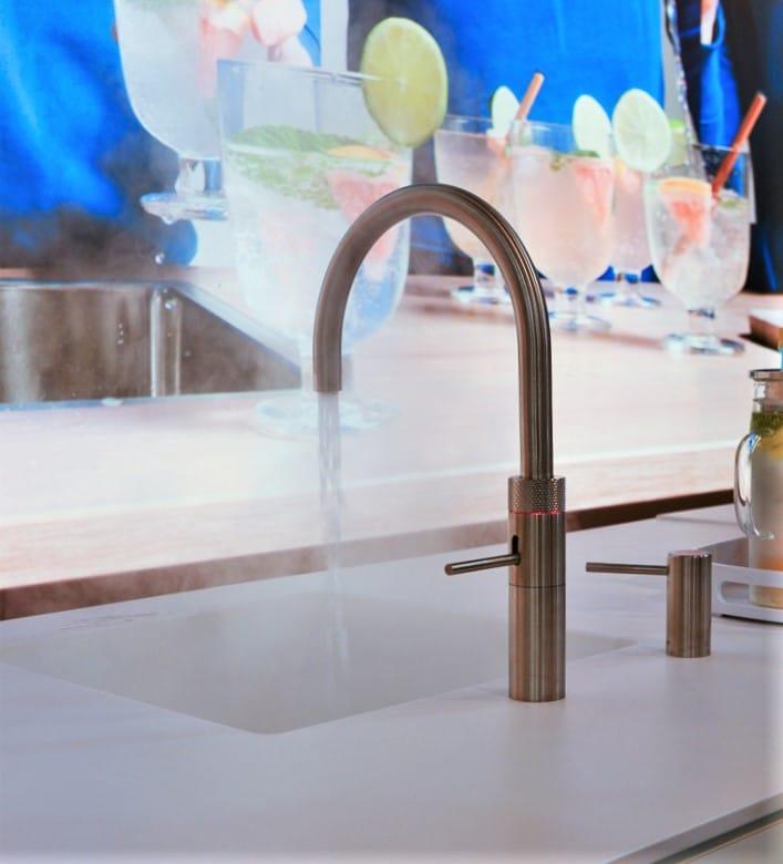 Künftig im Sockel so leicht bedienbar wie oberhalb der Arbeitsplatte: der neue Quooker CUBE Next Generation. (Foto: Küchen&Design Magazin)