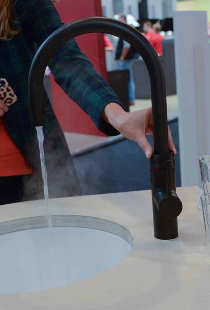 Es zischt und blubbert, während der Quooker CUBE sein kochend heißes Wasser ausspuckt. Dieser Geräuschpegel - ebenso beim Zapfen von Sprudelwasser - wurde nochmalig gesenkt. (Foto: Küchen&Design Magazin)