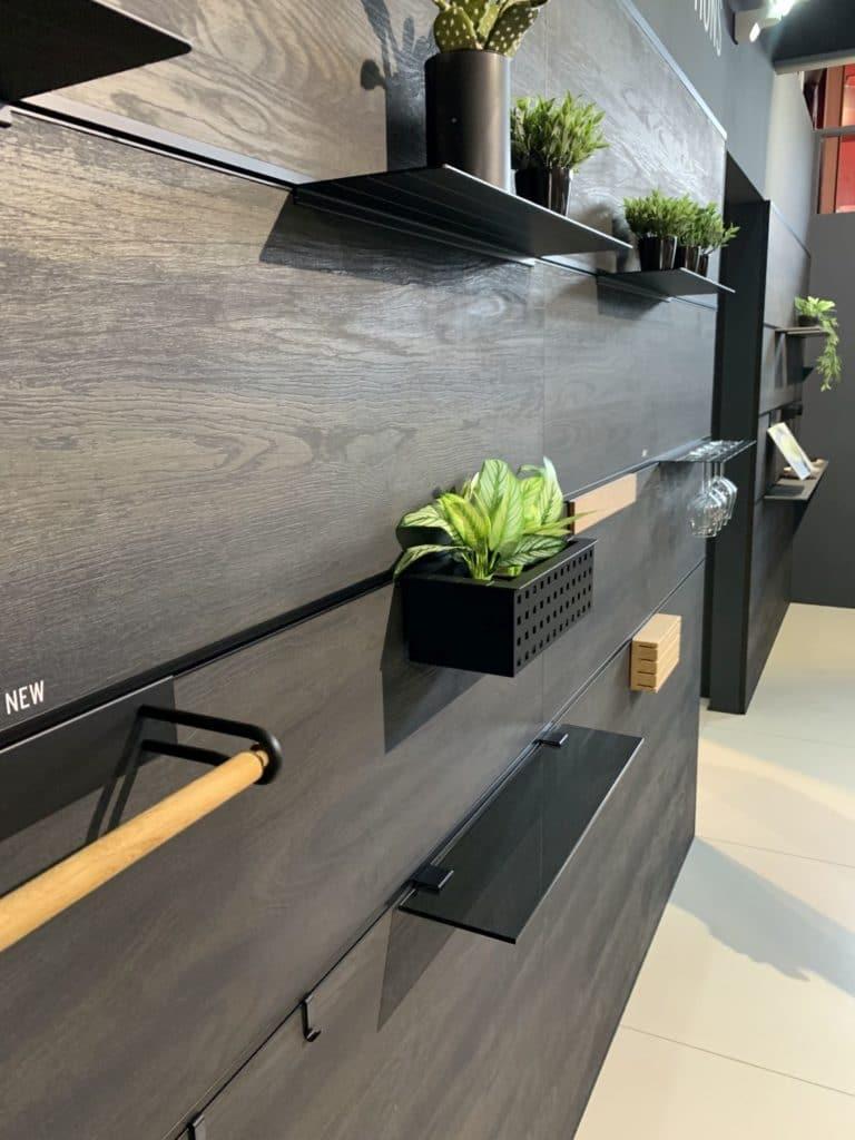 Rotpunkt stellte bereits im vergangenen Jahr das elegante, schwarze Schienenprofil für die Küchenrückwand vor. (Foto: Küchen&Design Magazin)