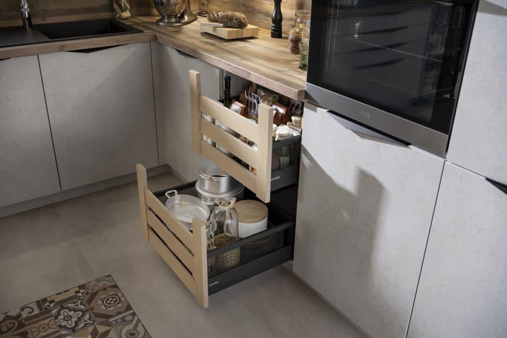 Rustikale Obstkisten als Schubladen-Element: nachhaltige Küche bis ins Detail. (Foto: SCHMIDT Küchen)