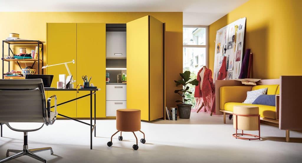 Home Office in der Küche - wird angenehmer mit Einschubtürenschränken, die das Küchengeschehen im Handumdrehen verstecken. (Foto: next125)