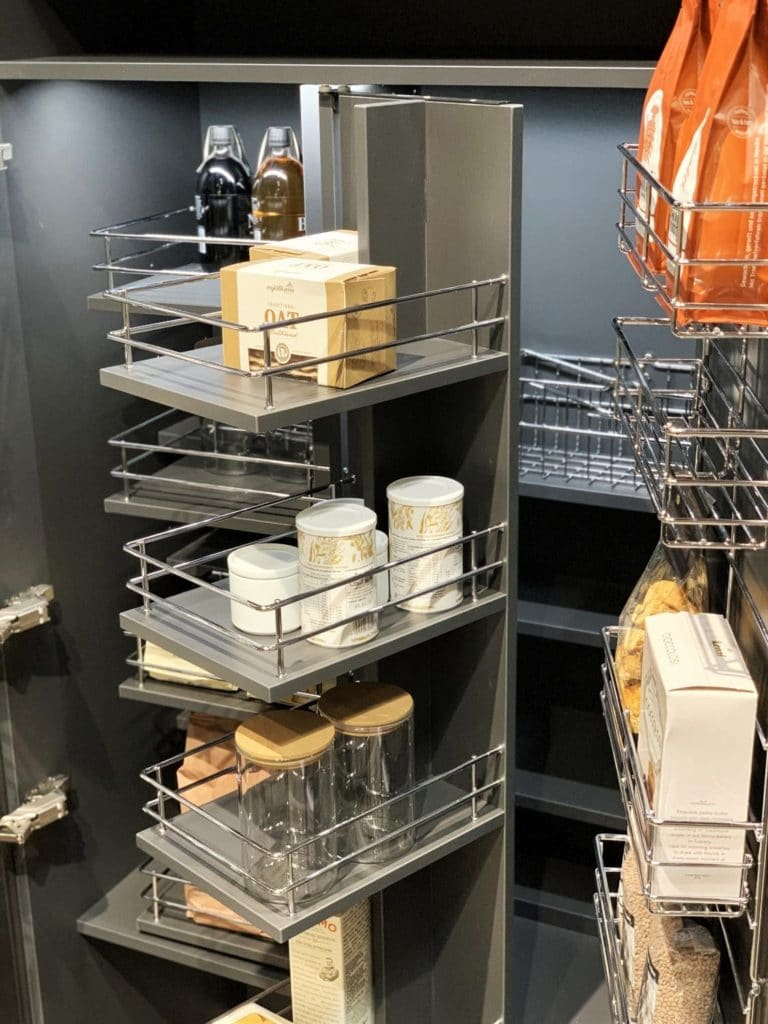 Mit verschiedenen Dreh-Elementen gelangt man bei LEICHT schnell an die weiter hinten gelagerten Lebensmittel. (Foto: Küchen&Design Magazin)