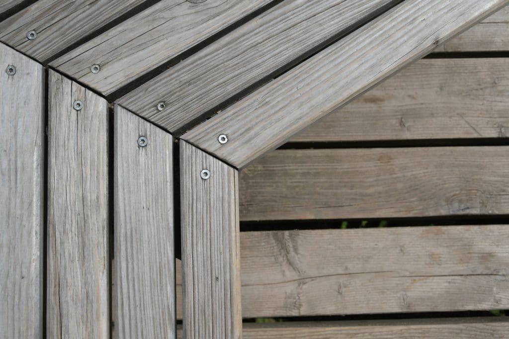 Auf Gehrung schneiden bedeutet, etwas exakt im Winkel aneinander anzupassen. (Foto: stock/maravilloso)
