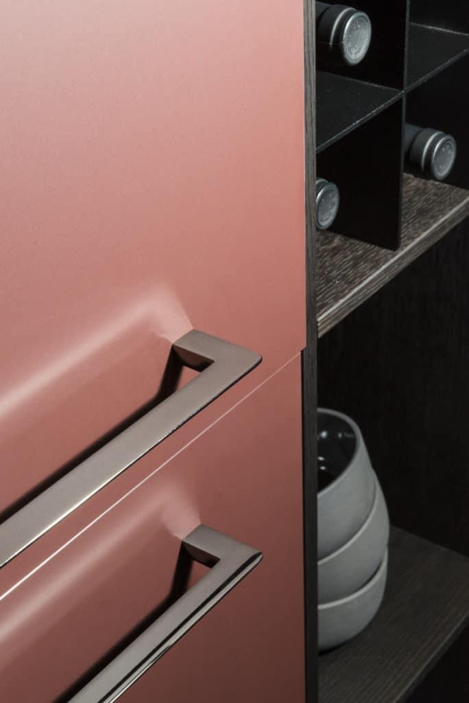 Matte Fronten sind enorm beliebt. Sie sollten mit einer Antifingerprint-Beschichtung versehen sein, um unschöne Flecken zu vermeiden. (Foto: Fenix NTM)