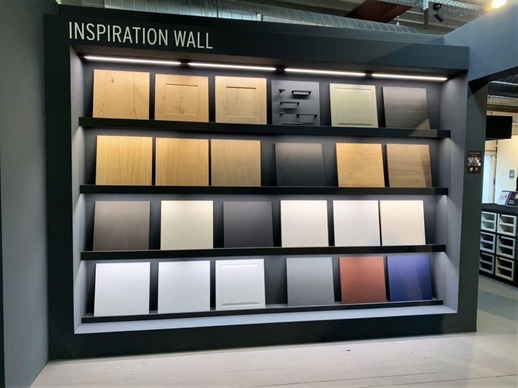 """Gar nicht mal so schlecht zusammengefasst: Rotpunkts """"inspiration wall"""", die mit grünen und blauen Tönen, Holz und starken Schraffuren sowie einem dezenten Lichteinsatz ganz gut die Küchentrends 2022 """"vorhersagt"""". (Foto: Küchen&Design Magazin)"""