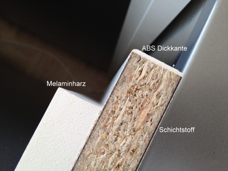 Dieses Bild zeigt, wie die Dickkante auf der Trägerplatte (MDF) aufgeklebt ist. (Foto: kuechen-forum.de)