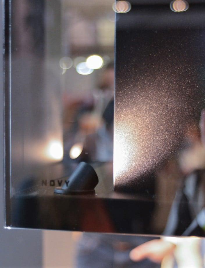 """Die neue """"Phantom Frame"""" von Novy wird mit atmosphärischem Licht ausgeleuchtet. (Foto: Küchen&Design Magazin)"""