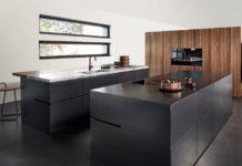 Unter den Neuheiten von eggersmann Küchen für 2022 findet sich diese opulente Insel aus Schwarzstahl geölt - sowie warmes, betont ruhiges Eichenholzfurnier. (Foto: eggersmann)