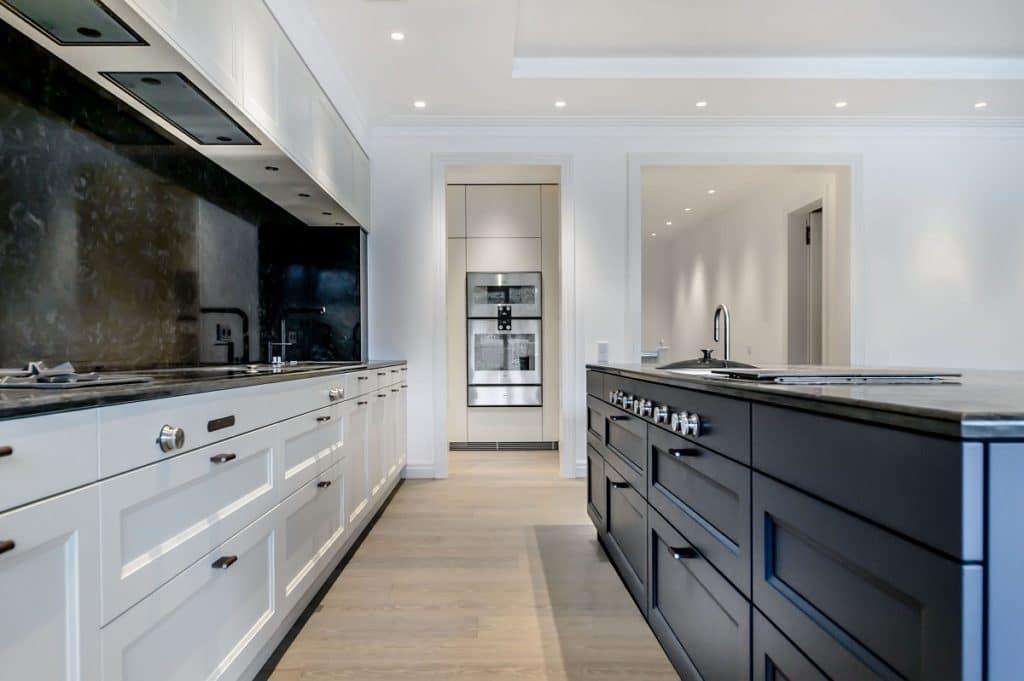 Versteckte Funktionalität: diese beeindruckende Küche verfügt über eine 2. Küche, in der sich Backofen, Dampfbackofen und Vorratsraum befinden. (Foto: Dross&Schaffer Küchen)